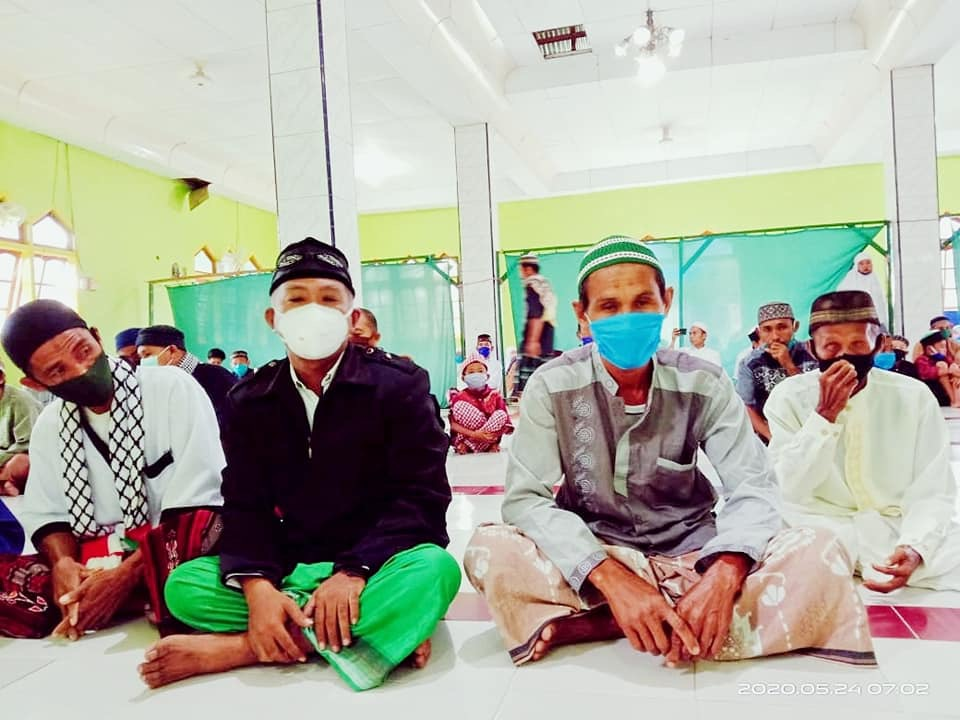 Warga di Desa Toaya sholat Ied di mesjid dengan menggunakan masker. Foto: Dok. Istimewa