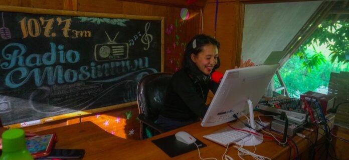 Lani, salah satu penyiar di Radio Mosintuwu , radio komunitas dengan status radio darurat siaga Covid-19. Foto : Dok.Mosintuwu/Ray